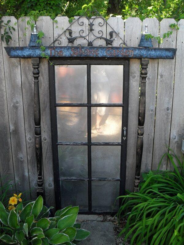 Formas Creativas de Utilizar Puertas Antiguas como Decoraciones al Aire Libre